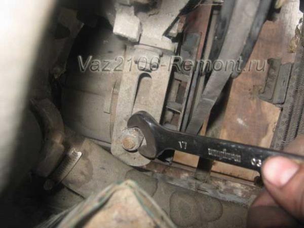 откручиваем верхний болт крепления генератора на ВАЗ 2106