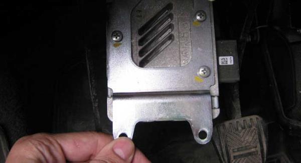 Поворачивание вниз блока электроусилителя рулевого управления Лада Гранта (ВАЗ 2190)