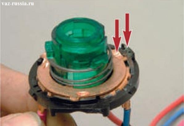 Стрелками показано то что самая длинная часть которая присутствует на подвижной части, должна обязательно войти в зацепления в корпусе неподвижной части и тем самым контактная группа будет держаться