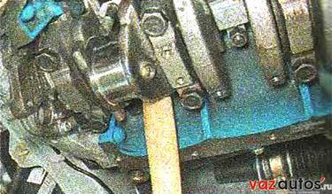 Уперев ручку молотка в поршень, выталкиваем его вверх и извлекаем поршень из цилиндра