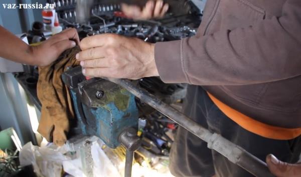 Выбивание сайлентблока из рычага при помощи молотка и головки