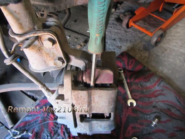 поддеваем скобу суппорта для откидывания на ВАЗ 2109-2108