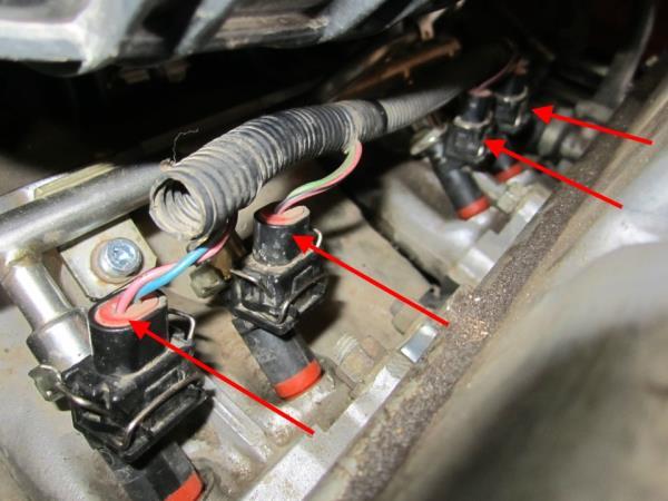 Размещение разъемов проводов форсунок двигателя Лада Гранта (ВАЗ 2190)