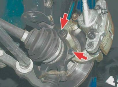 Откручиваем крепления тормозного суппорта на ВАЗ 2108, 2109, 21099