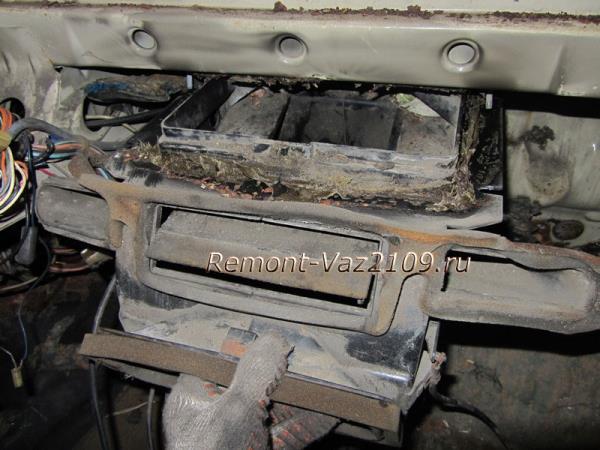 слегка опускаем корпус печки на ВАЗ 2109-2108