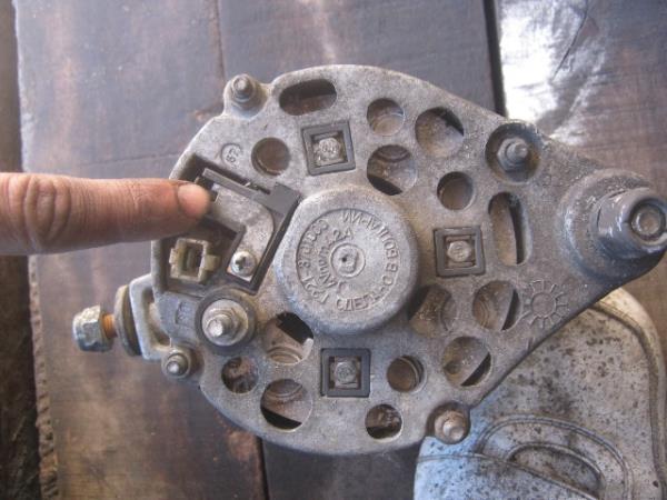 где находятся щетки на генераторе ВАЗ 2107