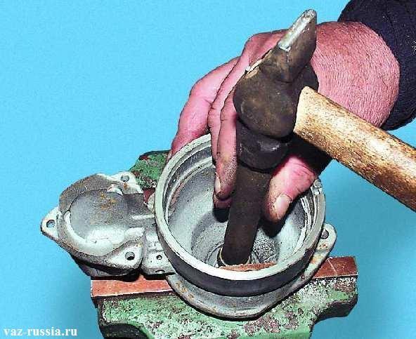 Выпрессовывание передний втулки с крышки стартера