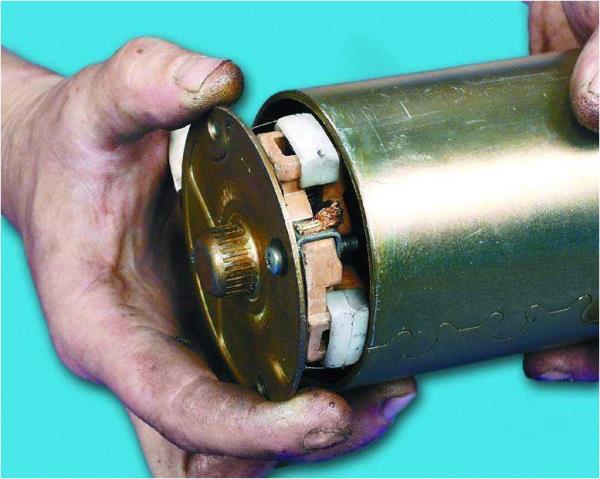 Снятие крышки со щеткодержателями и щетками с стартера Лада Гранта (ВАЗ 2190)
