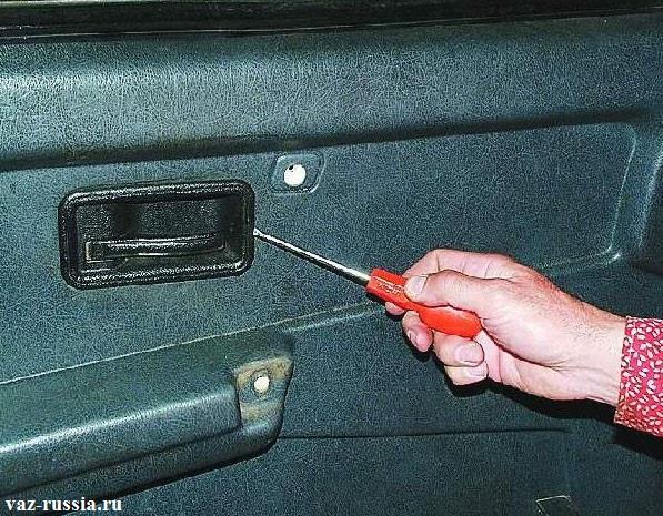 Отгибание накладки ручки открывания двери