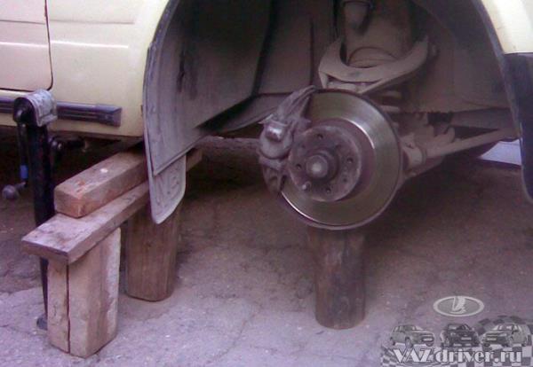 вывешиваем колесо на домкрат, страхуем машину