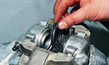 Снятие пылезащитного колпачка поршня суппорта тормозной системы Lada Largus