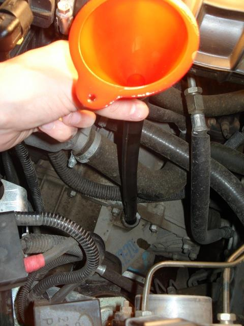 Лейка с шлангом для заливания масла в коробку передач Лада Гранта (ВАЗ 2190)