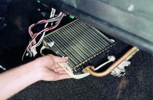 На фото - снятие радиатора отопителя ВАЗ-2114, autoprospect.ru