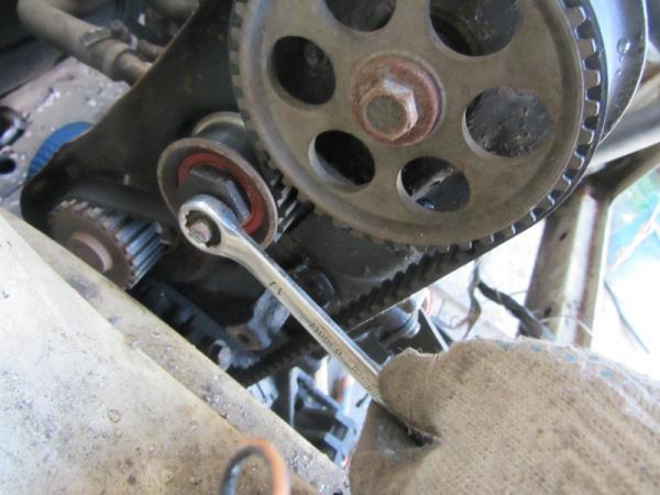 открутить гайку натяжного ролика на ВАЗ 2110-2111