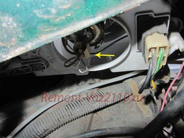 отключение штекера от лампы ближнего света на ВАЗ 2110-2112