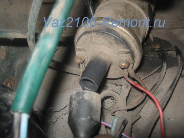 отсоединение центрального провода от катушки зажигания на ВАЗ 2106