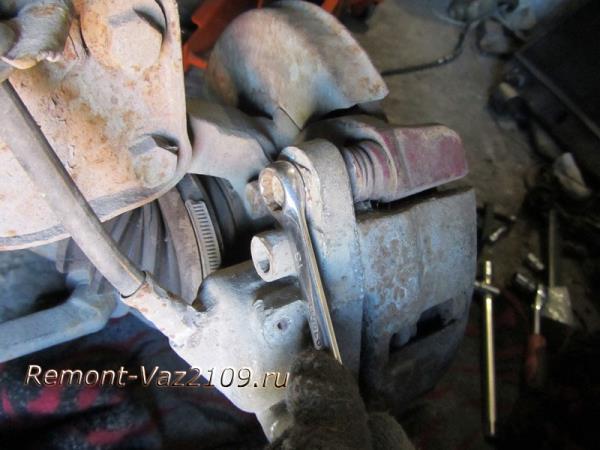 болт крепления скобы суппорта на ВАЗ 2109-2108