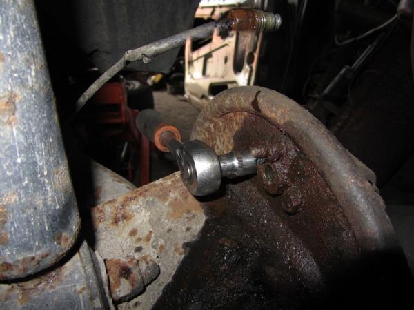 открутить болты крепления заднего тормозного цилиндра на ВАЗ 2114-2115