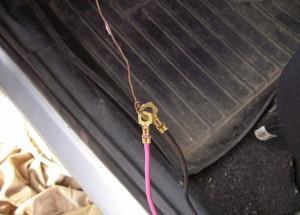 Соединяем другой конец проволки с проводами