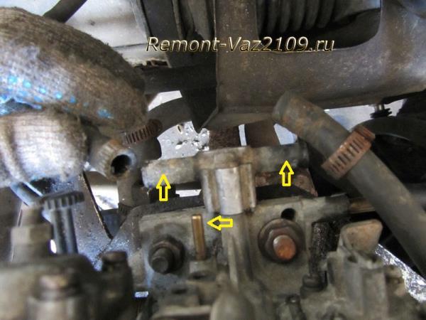 отсоединение вакуумной трубки и шлангов от блока подогрева карбюратора на ВАЗ 2109-2108