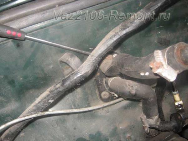 откручиваем хомуты крепления шлангов отопителя на ВАЗ 2106