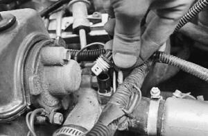 Снятие и установка датчика температуры охлаждающей жидкости