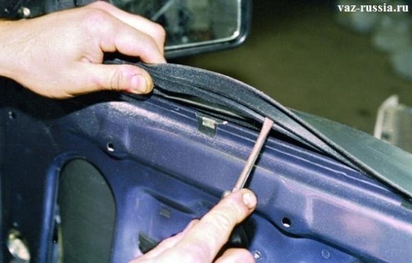Извлечение уплотнителя, из двери автомобиля