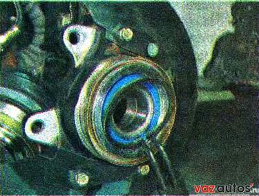 Съемником сжимаем и снимаем стопорное кольцо с наружной стороны подшипника ступицы