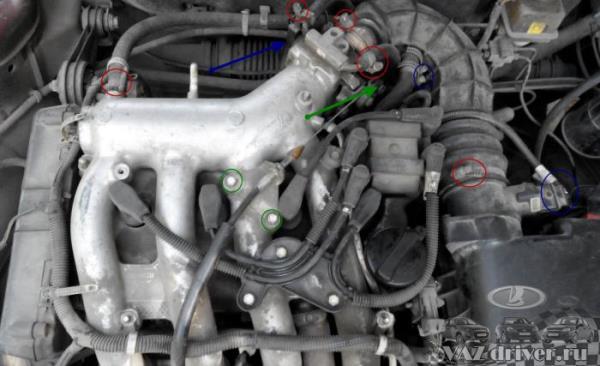 снимаем платиковую крышку с двигателя ваз-2112