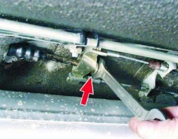 Затем затягиваем гайку натяжителя тросика ручника.
