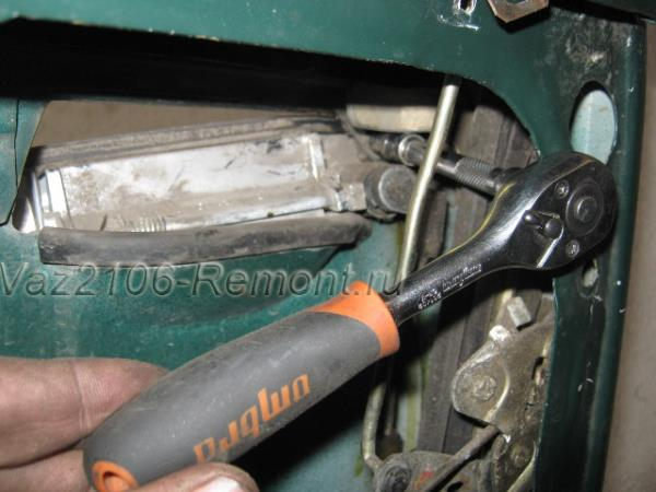 откручиваем правую гайку крепления дверной ручки на ВАЗ 2106