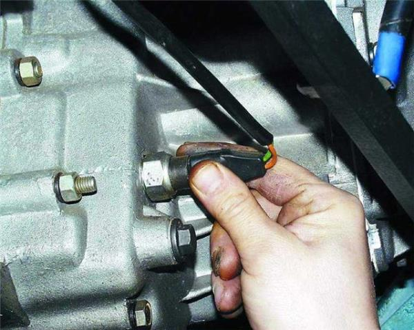 Отсоединение колодок проводов от выключателя света заднего хода Лада Гранта (ВАЗ 2190)