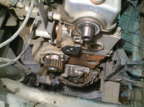 Двигатель со снятой задней крышкой привода газораспределительного механизма Лада Гранта (ВАЗ 2190)