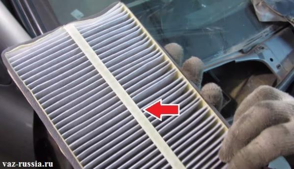 На фото стрелкой показана уплотнительная полоса, которая при установке обязательно должна быть направлена в низ