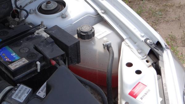 Закрытая крышка расширительного бачка системы охлаждения двигателя ВАЗ-21126 Лада Гранта (ВАЗ 2190)