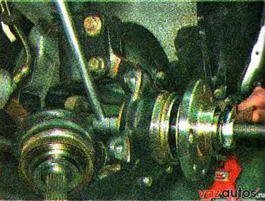 Приспособлением запрессовываем ступицу во внутреннее кольцо подшипника