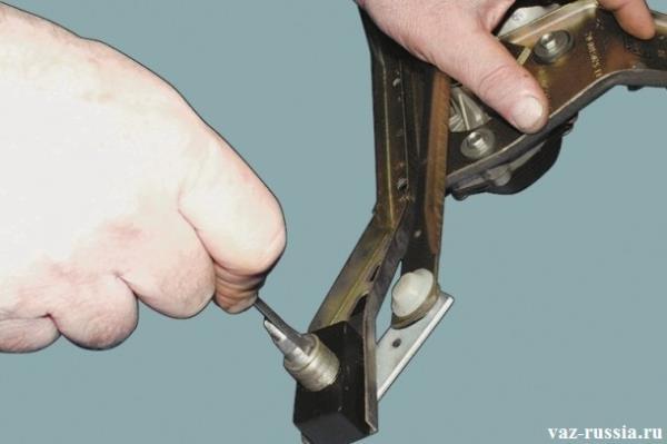 Поддевание и дальнейшее снятие стопорных колец обоих валиков трапеции