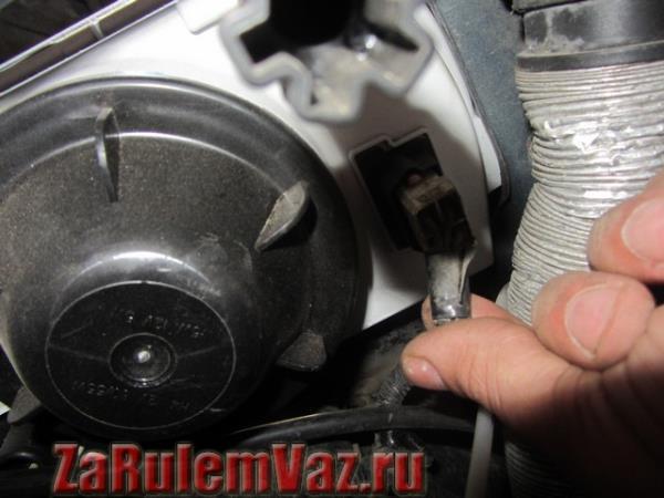 штекер питания лампы ближнего света на ВАЗ 2113, 2114 и 2115