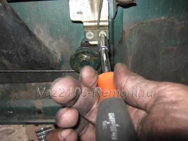 отпускаем один болт крепления зажима троса стеклоподъемника на ВАЗ 2106