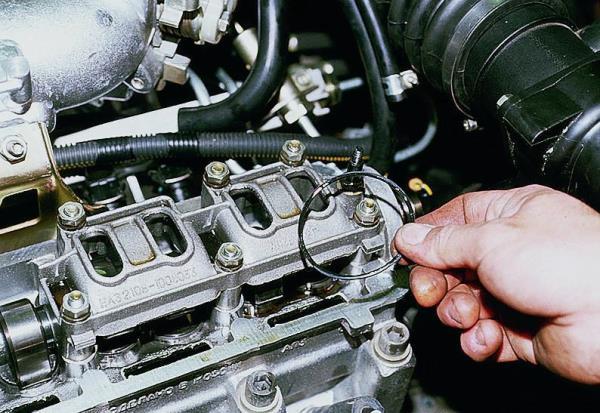 Снятие прокладки заглушки головки блока цилиндров двигателя Лада Гранта (ВАЗ 2190)