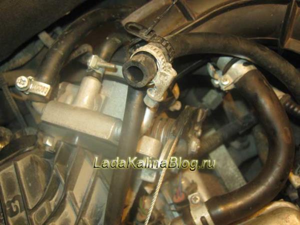 снимаем шланг подвода охлаждающей жидкости к дроссельному узлу на Калине