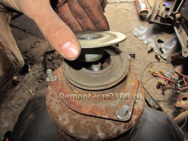 снятие верхней чашки опоры передней стоки ВАЗ 2109-2108