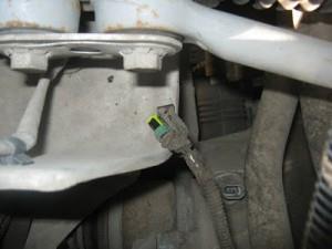 Отсоединяем штекер питания от датчика скорости.