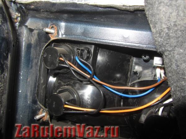 как открутить задний фонарь на ВАЗ 21099