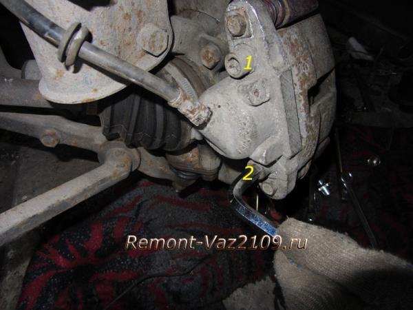 болты крепления переднего тормозного цилиндра к суппорту на ВАЗ 2109-2108