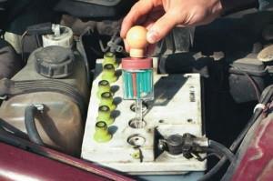 На фото - высокий уровень электролита аккумулятора автомобиля, avtonerd.ru