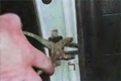 как снять ограничитель открывания двери