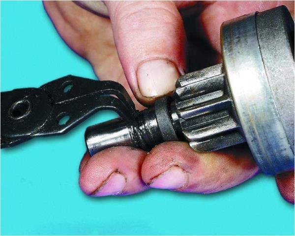 Снятие стопорного и ограничительного кольца шестерни стартера Лада Гранта (ВАЗ 2190)