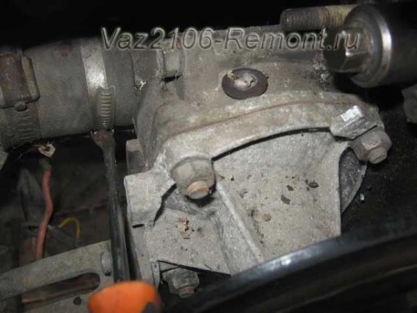 открутить крепление хомута патрубка помпы на ВАЗ 2106