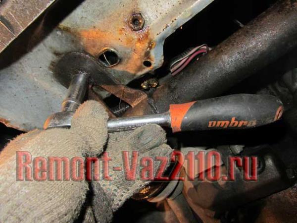 открутить болты крепления балки к рамке радиатора на ВАЗ 2110-2112